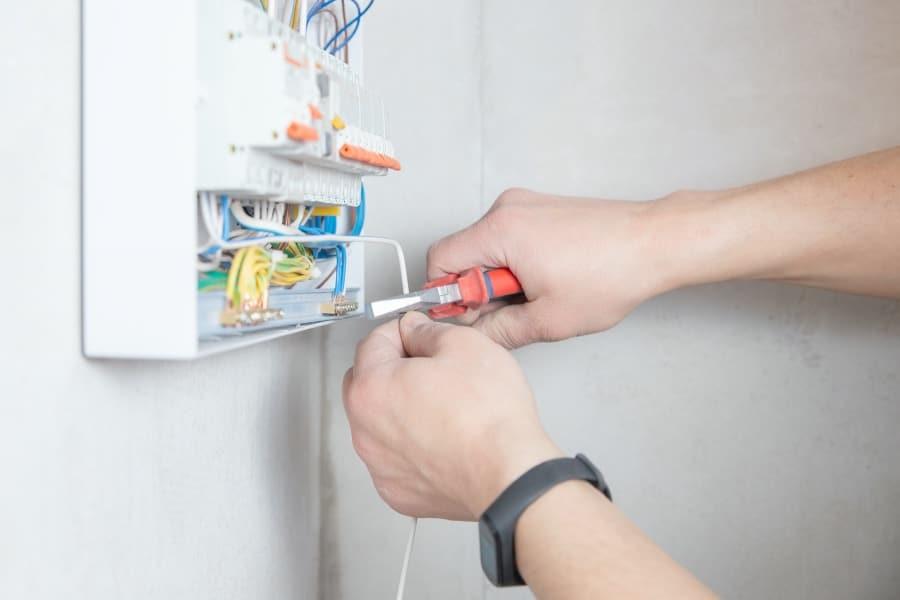 Verdrahtete Verteilerkästen mit Hoher Schutzart für die Elektroinstallation und Elektrotechnik.