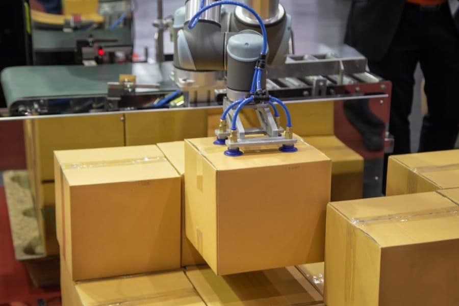 Die Boxexpert Gehäuse durchlaufen eine automatisierte Logistik.